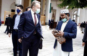 I TEBI BAJRAM BAREĆULA: Bakir Izetbegović dijelio bajramluk ispred Begove džamije